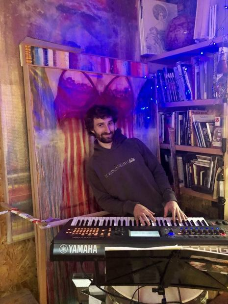 Daniel Hofstätter am Synthisizer
